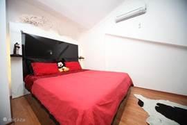 master slaapkamer met een extra grote bed,speciale verlichting. Bed is 220x200 cm