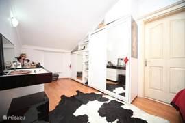 Kleding kast en kaptafel met spiegel,slaapkamer is voorzien van een airco