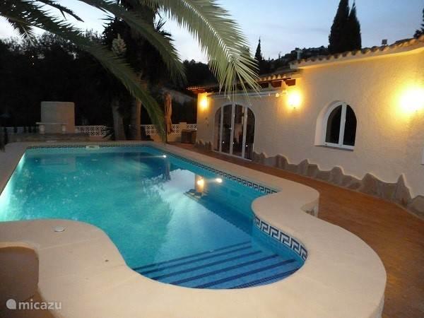 Het zwembad is `s avonds sfeervol verlicht zodat u dan ook heerlijk kunt zwemmen.