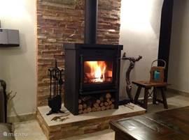 Op kille avonden heeft u warmte van de gezellige houtkachel.