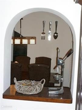 Vanuit de woonkamer kunt u zo in de keuken kijken.