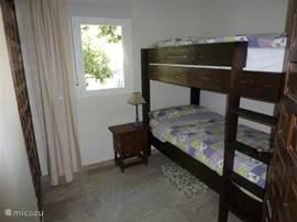 Het stapelbed is voorzien van extra lange matrassen van 2x 90x210.