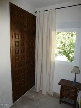 In deze slaapkamer bevind zich een ruime inbouwkast met hang/leggedeelte