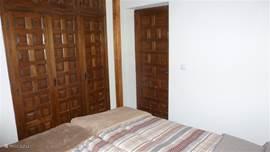 Deze kamer heeft een zeer ruime inbouwkast met verankerde kluis.