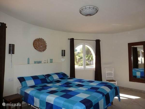 Dit is de grootste slaapkamer, op de matrassen van 90x220cm zult u heerlijk slapen. De en suite badkamer is voorzien van een ruime inloopdouche, hardstenen wastafel en toilet.