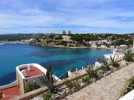 Uitzicht op de prachtige baai van El Portet Moraira.
