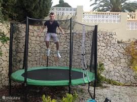 In de boventuin zijn een trampoline en een schommel aanwezig zodat kinderen zich de hele dag uitstekend zullen vermaken.