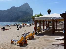Voor rolstoelgebruikers zijn hier gratis strandrolstoelen te gebruiken om lekker in de zee te kunnen komen.