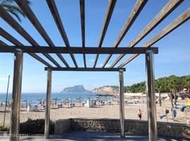 Het strand van Moraira half oktober. zoals u ziet is de zomer hier nog lang niet voorbij!