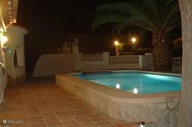 Het zwembad heeft een opstaande rand en is bij de inlooptrap toegankelijk voor mensen in een rolstoel.
