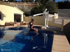 Zwembadlift voor mensen met een lichamelijke beperking.