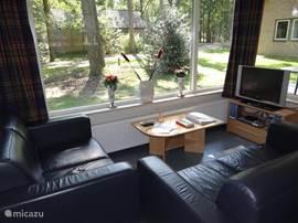 kamer voorzien van 2x 2zits bank, salontafel, tv, dvd speler, en cd speler