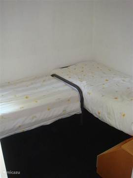 2 persoonsslaapkamer met 2 bedden nachtkasjes en open kast