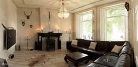 De TV lounge kamer met heerlijke hoek chill bank en houtkachel en Flatscreen TV 120