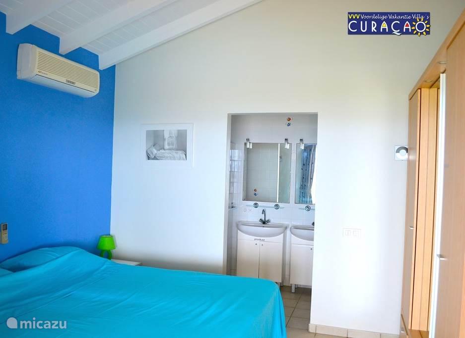 Een van de slaapkamers met eigen badkamer, met toilet, dubbele wasbakken, douche. Uiteraard met airco en kledingkasten.