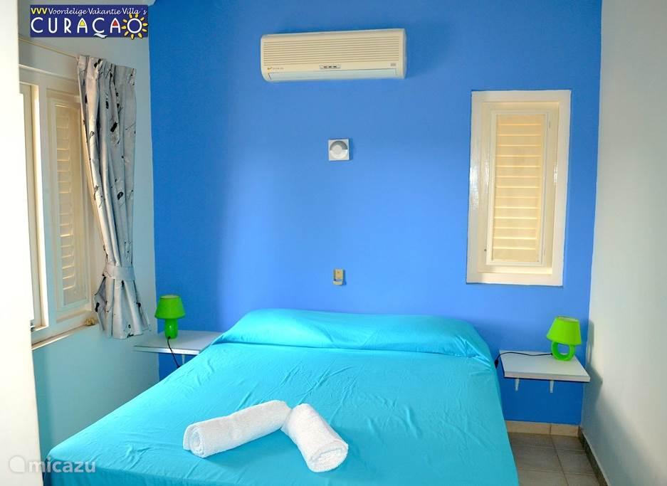 Slaapkamer 2 met split-airco. Alle slaapkamers met airco en leeslampjes. Masterbedroom, openslaande deuren naar de porch. Linnenkast met spiegel aanwezig.