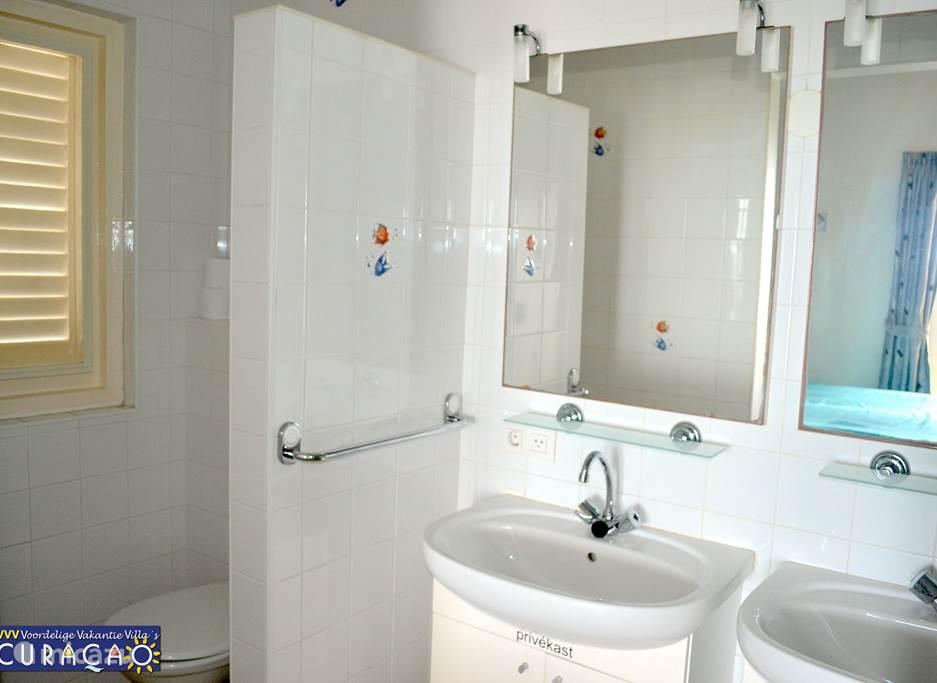 Badkamer bij master-bedroom. De beide badkamers zijn voorzien van toilet, wastafels en spiegel. Beide badkamers hebben een ruime douche met aansluiting op boiler voor warm water.