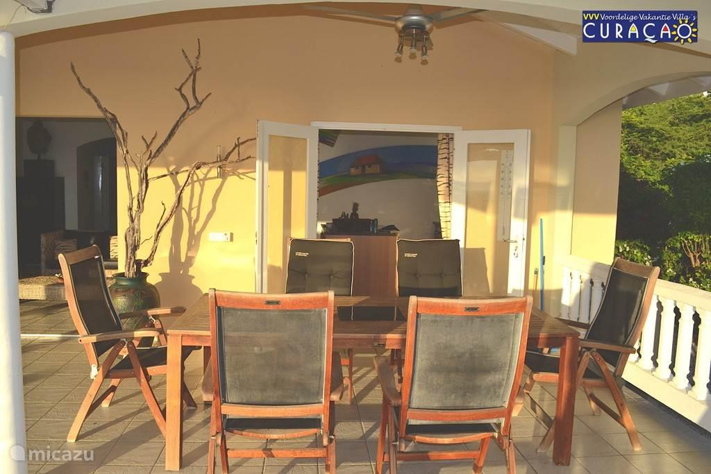 Eettafel en 6 stoelen voor ontbijt, lunch, diner, studie, lezen, een spelletje, of gewoon om te genieten van  het buitenleven.