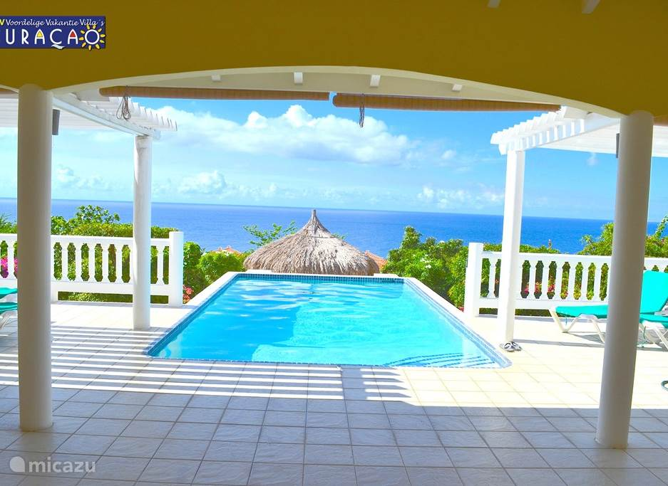 Zelfs vanuit de woonkamer een fantastisch uitzicht over de oceaan. Het zwembad(7,2 x 3.8 x 2 meter diep) heeft een betonnen trap, ligbank over de breedte en aan de zeekant barkrukken met fraai zeezicht. De temperatuur is altijd rond 29 graden C.
