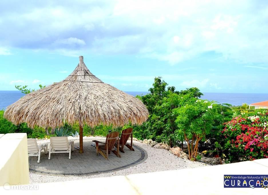 Ook hier is een zitje gecreëerd en zijn elektra en lampen aanwezig, zodat u er ook 's avonds kunt zitten. U zult Curaçao op een andere manier leren kennen. Het uitzicht vanuit de Palapa is in de Mundi en op zee.