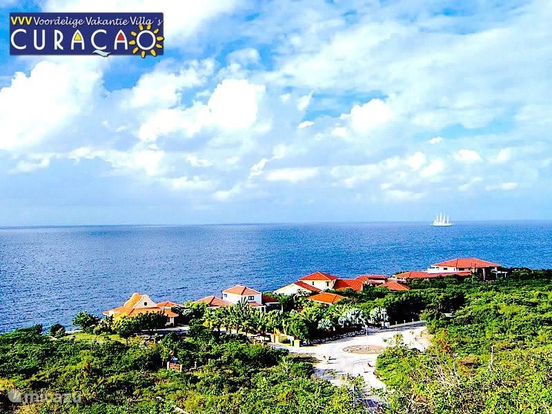 Gelegen op de helling van de heuvels van Coral Estate heeft u een magnifiek uitzicht over de Caribische Oceaan.