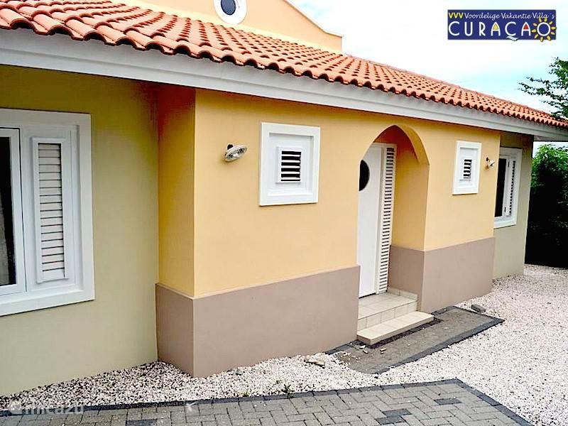Hoewel het op de foto's misschien niet helemaal tot uiting kan komen: achter deze deur vindt u de luxe Villa Ocean Paradise, waar u uw vakantie van uw leven kunt beleven. Geniet dagelijks van uw uitzicht over de Caribische Oceaan.