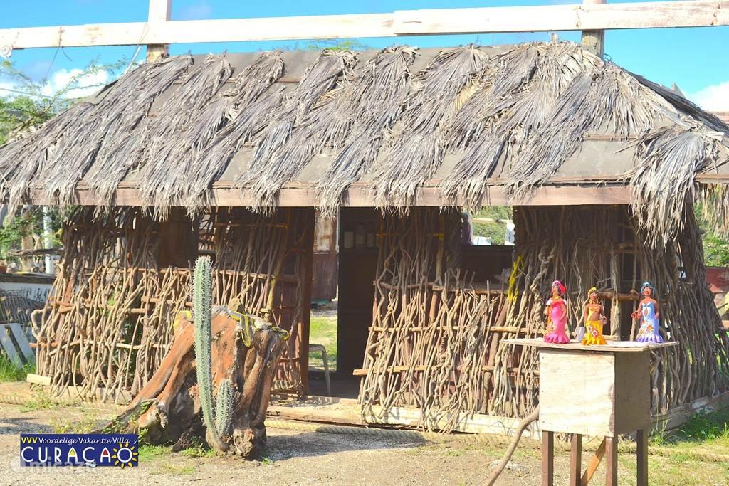 Langs de weg naar Coral Estate biedt de locale bevolking u diverse koopwaar aan.