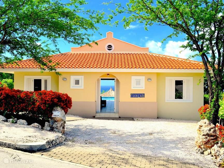 Straatkant van de villa. De deur staat al voor u open: Hartelijk welkom in Villa Ocean Paradise.
