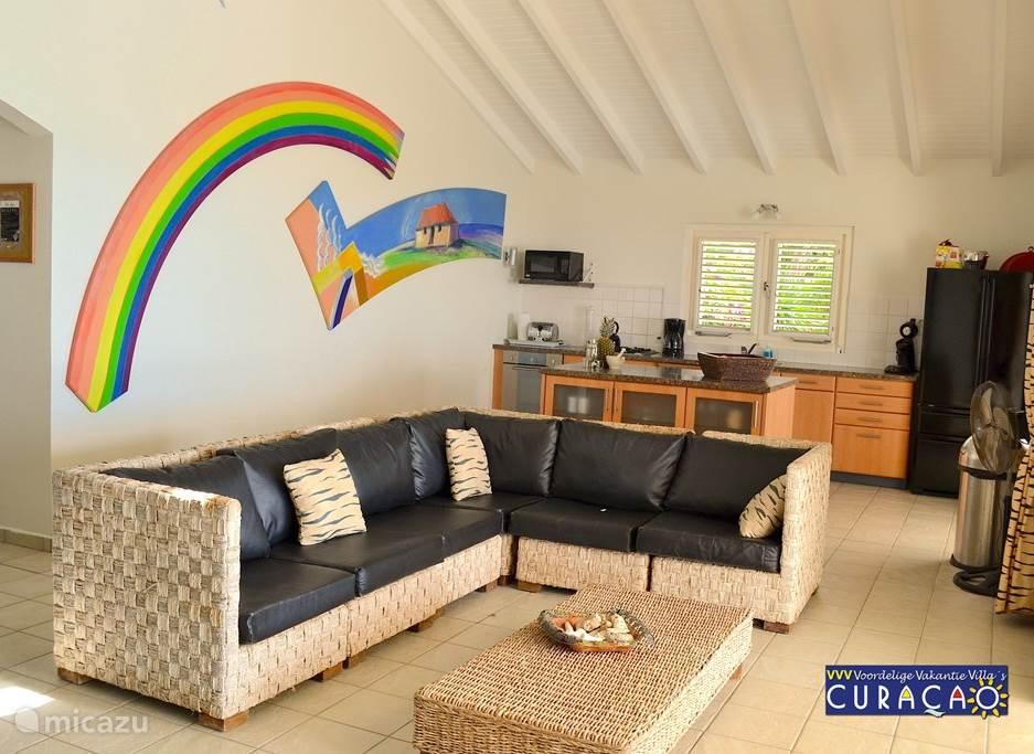 De luxe woonkamer staat in open verbinding met de keuken welke van alle gemakken is voorzien.