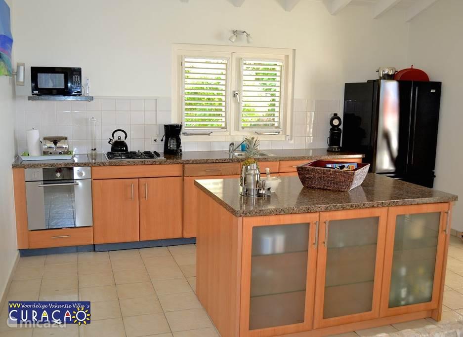 Villa Ocean Paradise: De luxe, volledig ingerichte keuken, van alle gemakken voorzien, staat in open verbinding met de huiskamer, zodat u tijdens het koken contact kunt houden met uw gezelschap.