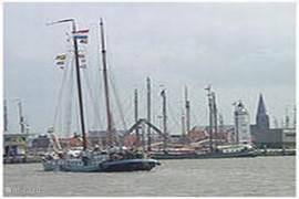De haven van Harlingen.  Vanuit Harlingen kunt u uitstekend een dagje naar Vlieland of Terschelling!
