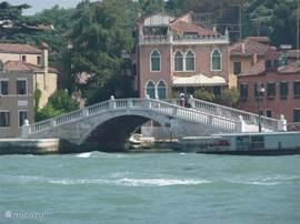Er zijn diverse boottochten maar een is wel een ervaring over zee naar Venetie