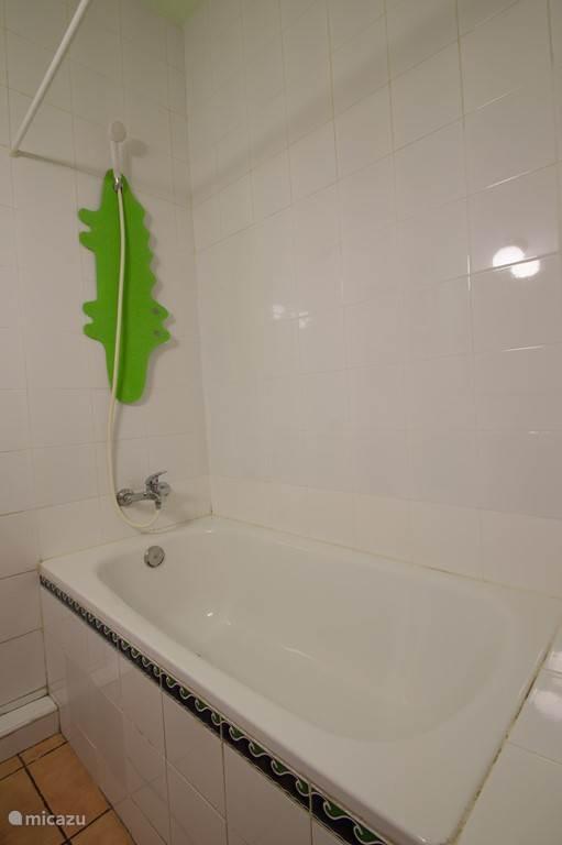 Ruime badkamer met badkuip. Handdoeken worden verstrekt.