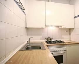 De keuken met alle voorzieningen om een gezellig drankje of hapje klaar te maken.
