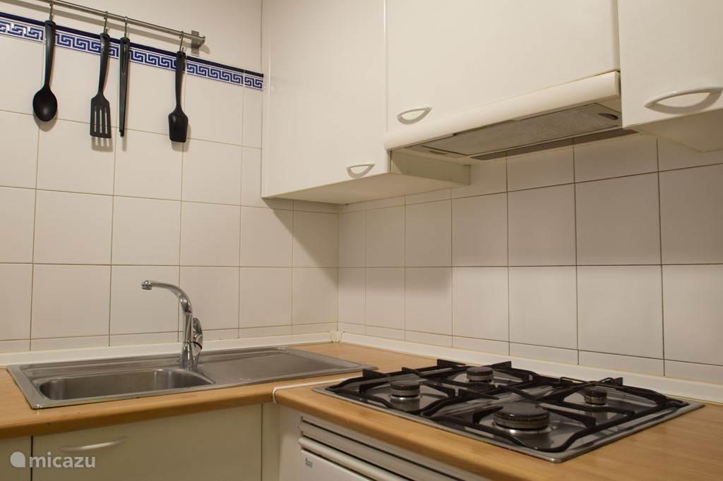 Keuken met gerei voor op zn minst voor 4 personen