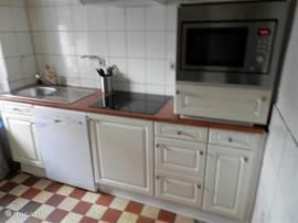 De keuken is van alle gemakken voorzien.