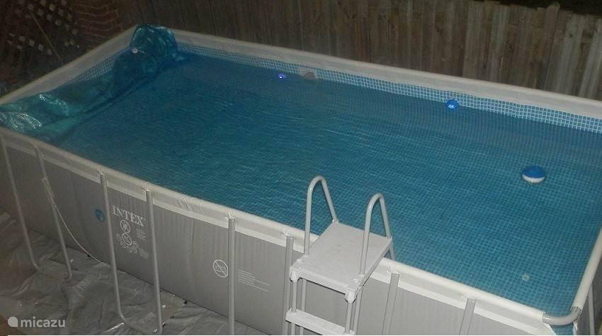 fijn zwembad van 5,5 x 3 x 1,20 mtr. milieuvriendelijk verwarmd met een warmtepomp! (zwemwatertemp. 26-28 graden)
