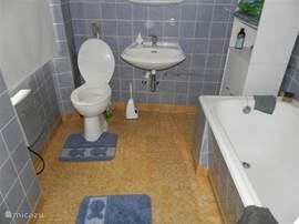 Op de tweede verdieping bevindt zich ook een kleine badkamer met ligbad