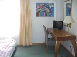 Alle tweepersoons slaapkamers zijn voorzien met bureau tv/dvd wekkerradio op afstand bestuurde heater unit.