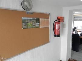 In de entree/hal vindt u een brandblusser, blusdeken , een verbandstrommel (bedrijven versie)en de centrale van de rookalarmeringen in het huis.