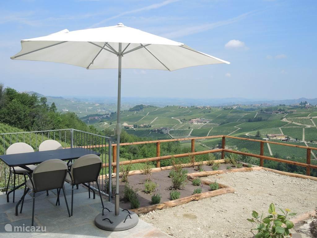 Heerlijk buiten eten en daarbij genieten van een geweldig uitzicht!