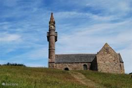 De kerk op het eilandje in de buurt. Het eiland (Ile Callot) is zeer geschikt voor een wandeling is alleen te bereiken bij eb.