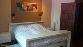 Slaapkamer met ruim twee persoonsbed