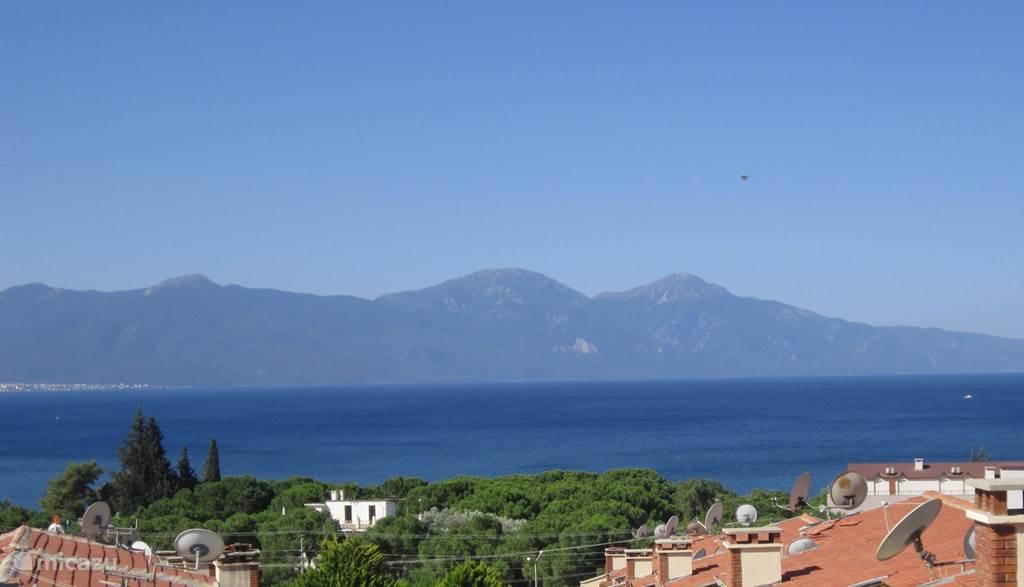 Villa met adembenemend panoramisch zeezicht over het Griekse eiland Samos. Gneit elke avond weer opnieuw van de zonsondergang op het dakterras. Hier kan u rustig en discreet zonnebaden op de ligstoelen... Zalig!