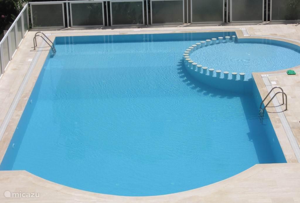 De villa ligt vlak aan het volledig omheind zwembad (16m x 8m) met kinderbadje (40cm diep) en ligstoelen! Van op het terras kunt u een oogje houden op de kinderen! Het zwembad is gemeenschappelijk en open van begin juni tot eind september...