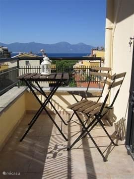 Mooi balkon van Master Bedroom met zeezicht over het eiland 'Samos'. Hier kunt u genieten van de zonsopgang elke morgen opnieuw of ontbijten in de eerste zonnestralen!