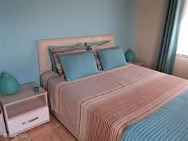Begonvilla heeft zelfs familiekamer met een aparte kinderkamer! Dit is de kamer met een King Size bed. Wat een luxe: vanuit uw bed heeft u zicht op zee en de sfeerlichtjes van de kustlijn! Bedlinnen incl.