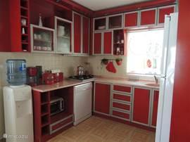 Volledig uitgeruste open keuken met frigo/diepvriezer, vaatwasmachine, gasfornuis (4 branders), microgolfoven, waterfontein, grill, koffiezetapparaat, ketel, ...
