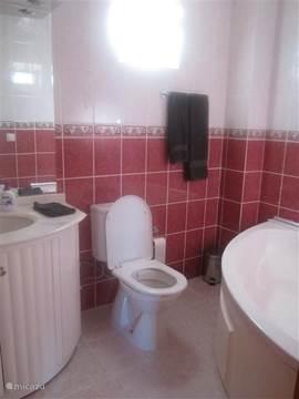 3 badkamers, 1 op iedere verdieping! Elke badkamer heeft een toilet en is voorzien van een haardroger en badlinnen. 1 badkamer heeft een ligbad + douche en 2 badkamers hebben een douche. De badkamer op gelijkvloers is ook voorzien van een wasmachine!
