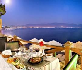 U kunt er ook gewoon eten in hun restaurant met zeezicht en prachtig zicht op het Samos eiland vooral bij zonsondergang! Het avondmenu met dranken inbegrepen voor slechts 14€!